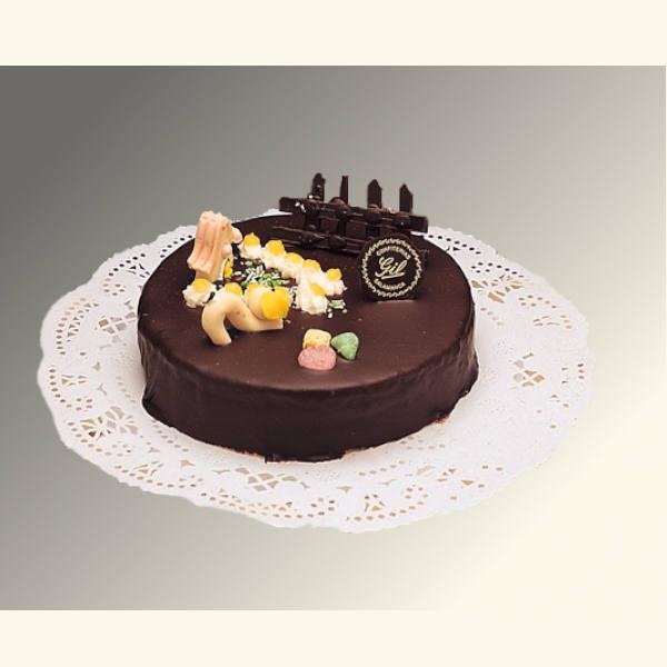 Tarta de nata bañada con chocolate